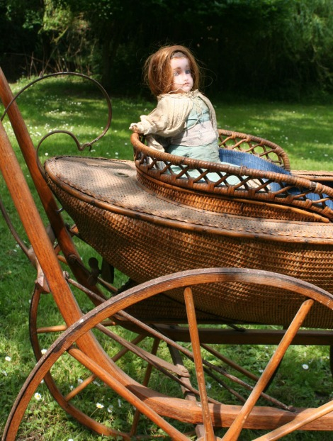 VICTORIAN-PRAM-and-DOLL_3